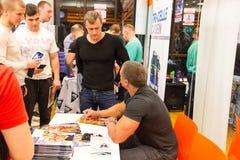 Obninsk, Ρωσία - τον Οκτώβριο του 2015: Διάλεξη σχετικά με την αθλητική διατροφή του bodybuilder Stanislav Lindover στοκ εικόνες