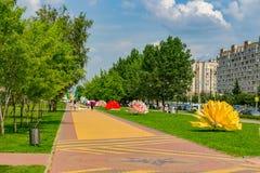Obninsk, Россия - июль 2018: Припаркуйте в честь семидесятой годовщины дня победы на улице Marx стоковые изображения rf