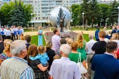 Obninsk, Rússia - 14 de julho de 2016: A cerimônia de inauguração do monumento aos pioneiros da energia nuclear foto de stock royalty free
