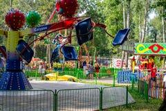 Obninsk, Rússia - em julho de 2018: Parque da cidade com atrações e carrosséis imagem de stock royalty free