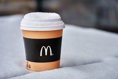 Obninsk, Rússia - janeiro 4,2019 Posição de papel da xícara de café de mcdonald na tabela coberta com a neve fotografia de stock royalty free