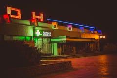 Obninsk, Rusia - agosto de 2018: Iluminación brillante de la noche del centro comercial fotos de archivo