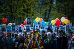 OBNINSK, RUSIA - 9 DE MAYO DE 2015: Participantes en Victory Parade Imágenes de archivo libres de regalías