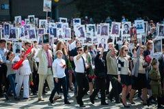 OBNINSK, RUSIA - 9 DE MAYO DE 2015: Participantes en Victory Parade Imagenes de archivo