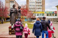 Obninsk, Rusia - 18 de noviembre de 2017: Monumento al príncipe piadoso santo Peter y a princesa Febronia de Murom imágenes de archivo libres de regalías