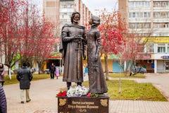 Obninsk, Rusia - 18 de noviembre de 2017: Monumento al príncipe piadoso santo Peter y a princesa Febronia de Murom fotos de archivo