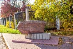 OBNINSK, RUSIA - OCT 2017: Piedra memorable del pueblo Samsonovo imagenes de archivo