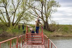 OBNINSK, RUSLAND - APRIL 2015: Installatie van de pontonbrug royalty-vrije stock foto's