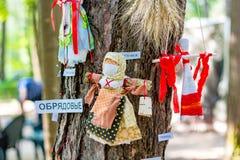 OBNINSK, RUSLAND - JULI 2016: Festival-markt voor de Stadsdag Russische rituele poppen stock afbeeldingen