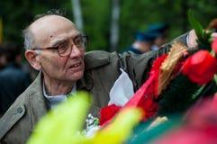 OBNINSK, RUSLAND - MEI 9, 2012: Het leggen van bloemen op de Dag van Vict Royalty-vrije Stock Fotografie