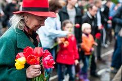 OBNINSK, RUSLAND - MEI 9, 2012: Het leggen van bloemen op de Dag van Vict Royalty-vrije Stock Foto's