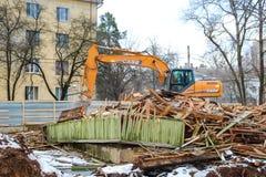 OBNINSK, RUSLAND - NOVEMBER 2016: Vernieling van dilapidated huisvesting stock afbeeldingen