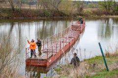 OBNINSK, RUSSIA - APRILE 2015: Installazione del ponte di barche immagine stock libera da diritti