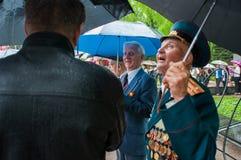 OBNINSK, RUSSIA - 9 MAGGIO 2012: Veterano della guerra che si nasconde dal Ra Fotografia Stock