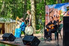 Obninsk, Russie - juillet 2016 : Représentation folklorique de groupe en parc le jour de ville image libre de droits