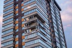 Obninsk Ryssland - April 21, 2018: Skada till loggior på ett hus för 20 våning arkivfoto
