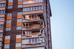 Obninsk Ryssland - April 21, 2018: Skada till loggior på ett hus för 20 våning royaltyfria foton