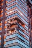 Obninsk Ryssland - April 21, 2018: Skada till loggior på ett hus för 20 våning royaltyfria bilder