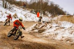 OBNINSK RYSSLAND - JANUARI 30, 2016: Vintermotocross, springa för motorcykel arkivbild