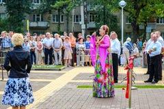 Obninsk Ryssland - Juli 2016: Öppningscermoni av monumentet till banbrytarna av kärnenergi arkivfoton