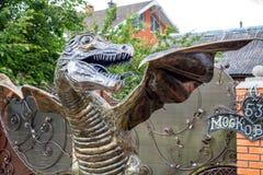 Obninsk Ryssland - Juli 2017: Förfalskade Dragon Sculpture arkivbilder
