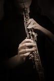 Oboespelare Händer med closeupen för musikinstrument royaltyfri foto