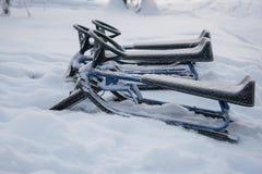 Oboggans, das im Schnee sitzt lizenzfreie stockfotografie