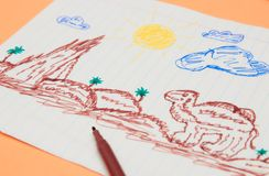 Obok barwionych markierów jest pierwotny dziecko rysunek z porady piórem na brzoskwini tle Rozwój dziecka obraz royalty free