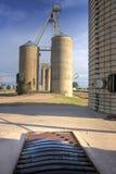 Obok torów szynowy stare zbożowe windy Obrazy Royalty Free