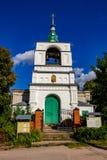 Obolenskoe, Rusia - agosto de 2018: Iglesia vieja de San Nicolás el Wonderworker del siglo XIX en el pueblo de Obolenskoe imagen de archivo