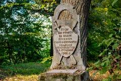 Obolenskoe, Rusia - agosto de 2018: Muestra conmemorativa de la ciudad-fortaleza antigua Obolensk de 1246 en el pueblo Obolenskoe foto de archivo