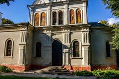 Obolenskoe Ryssland - Augusti 2018: Gammal kyrka av St Nicholas Wonderworkeren av det 19th århundradet i byn av Obolenskoe royaltyfri bild