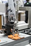 Obot e sistema di automazione per fabbricazione moderna immagine stock libera da diritti
