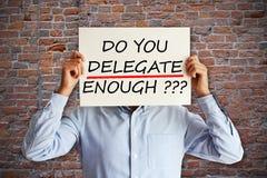 Obowiązki lub odpowiedzialności delegaci pojęcie z pracownikiem trzyma tapetują prześcieradło w jego rękach fotografia royalty free