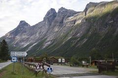 Obozować na Trollstigen - błyszczki ścieżki Halna droga w Norwegia Obraz Royalty Free