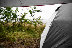 Obozować przy plażą podczas podeszczowej, złej pogody w Szwecja z i Zdjęcie Stock