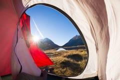 Obozować z namiotem na Alps Widok od namiotowego wnętrza przy wschodem słońca, część ciała Przygoda i eksploracja, plenerowa akty obrazy royalty free