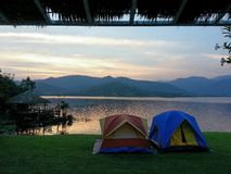 Obozować jeziorem Fotografia Royalty Free