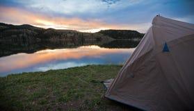 Obozować na Halnym jeziorze Zdjęcia Royalty Free