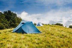 Obozować w namiotach w górach Obrazy Royalty Free