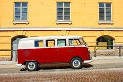 Obozowicz Van Parkujący Żółtym budynkiem Obrazy Royalty Free