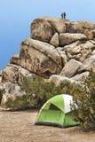 Obozowicza Rockowy pięcie w Joshua drzewa parku narodowym obraz royalty free