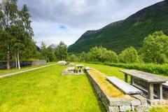 Obozowy miejsce z pyknicznym stołem w norweskich górach Zdjęcie Stock