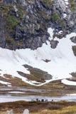 Obozowy miejsce z pyknicznym stołem w norweskich górach Zdjęcia Royalty Free
