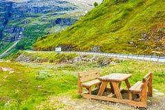 Obozowy miejsce z pyknicznym stołem w norweskich górach Obrazy Royalty Free