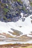 Obozowy miejsce z pyknicznym stołem w norweskich górach Zdjęcia Stock