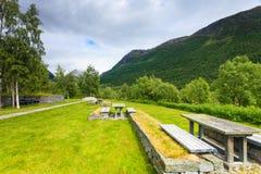 Obozowy miejsce z pyknicznym stołem w norweskich górach Obraz Stock
