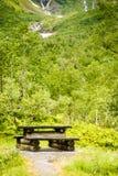 Obozowy miejsce z pyknicznym stołem w norweskiej naturze Fotografia Stock