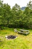 Obozowy miejsce z pyknicznym stołem w norweskiej naturze Obraz Stock