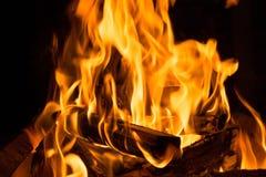 Obozowy ogień w nocy fotografia stock